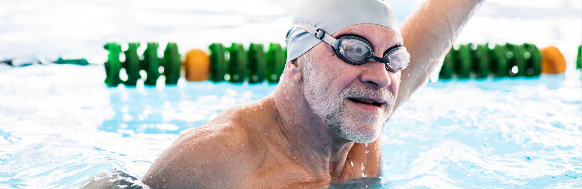 Keyvisual Biljoenbad - Portret van oudere man in het zwembad