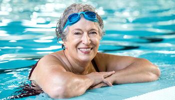 Keyvisual zwemtherapie - Portret van oudere vrouw in het zwembad