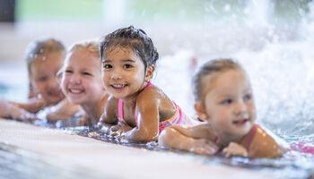 Keyvisual zwemlessen - Vier meisjes aan de rand van het zwembad