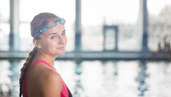 Keyvisual aquasporten - Portret van vrouw met sportduikbril voor het zwembad