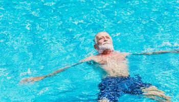 Headerbeeld zwemmen met reuma - Man drijvend in het water