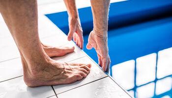 Headerbeeld zwemmen met atrose - Voeten aan de rand van het zwembad