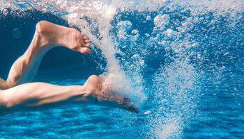 Headerbeeld zwemmen met COPD - Voeten trappelend onder water