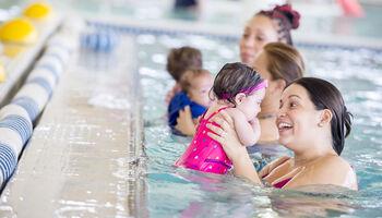 Headerbeeld peuter-kleuter zwemmen - Drie moeders met peuters in het zwembad