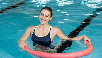 Headerbeeld zwemles voor volwassenen - Vrouw met zwembuis in het zwembad