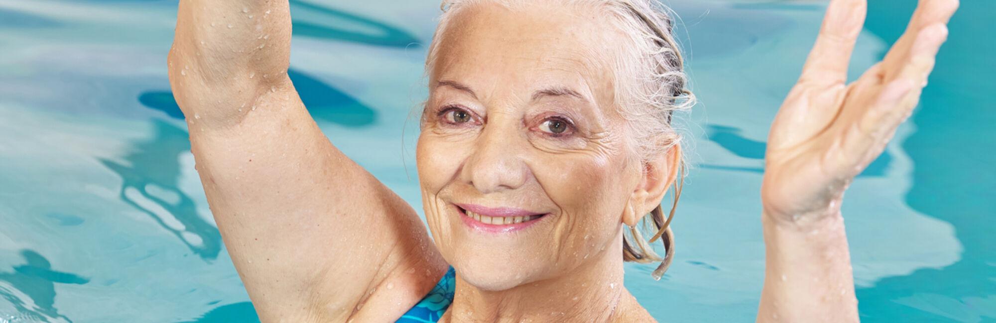 Headerbeeld zwemles voor dames - Portret van vrouw in het zwembad