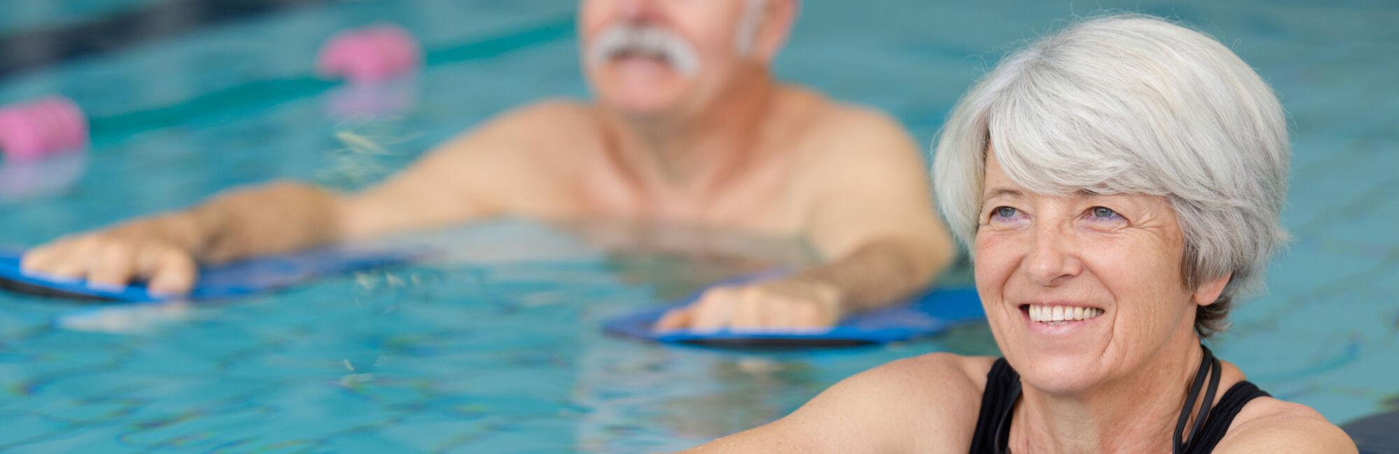 Headerbeeld meer bewegen voor ouderen - Twee ouderen met floaties in het zwembad
