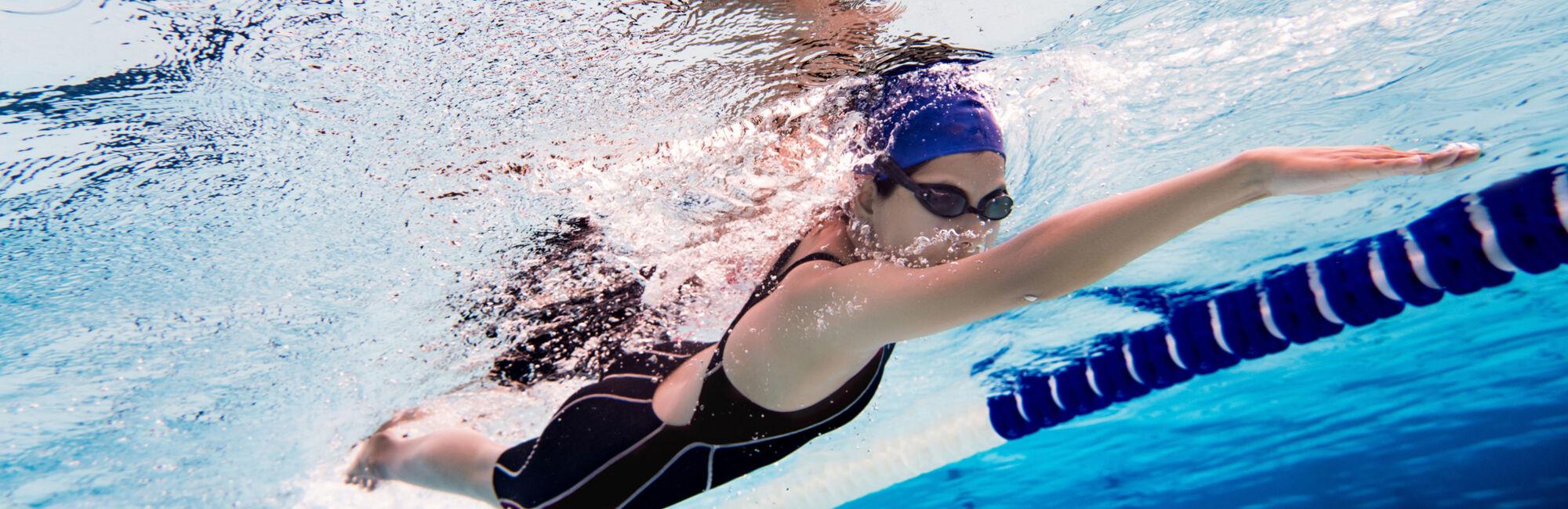 Headerbeeld banenzwemmen - Vrouw borstcrawl onder water