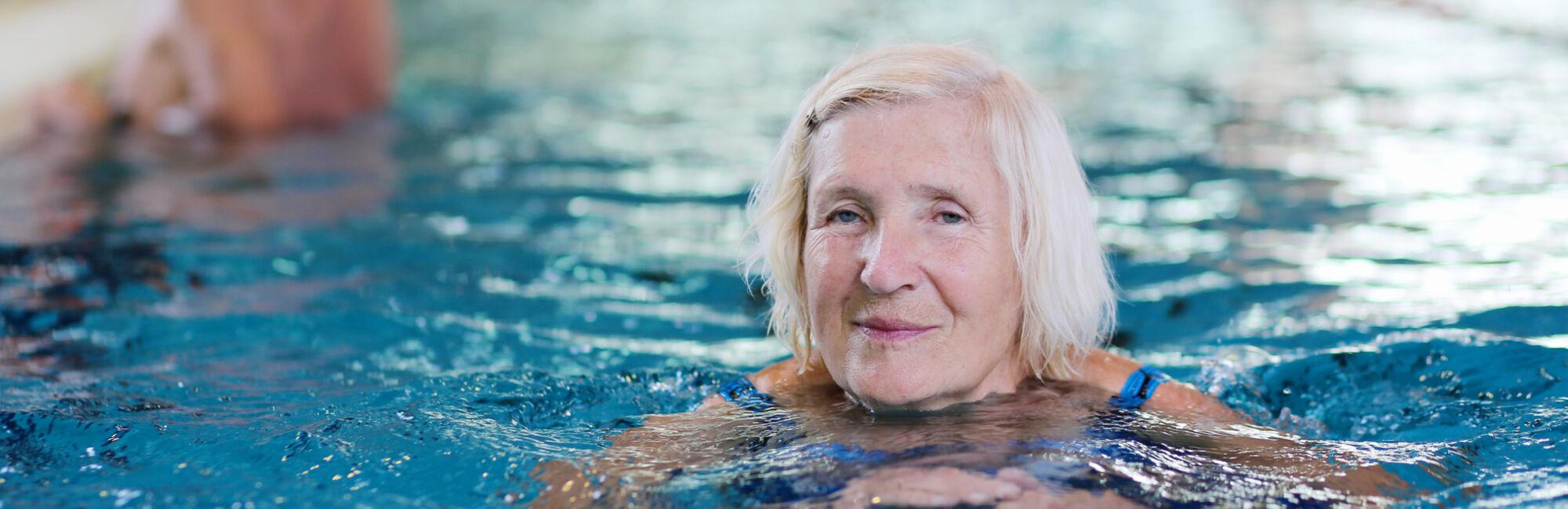 Headerbeeld zwemmen voor senioren - Oudere vrouw banen zwemmen