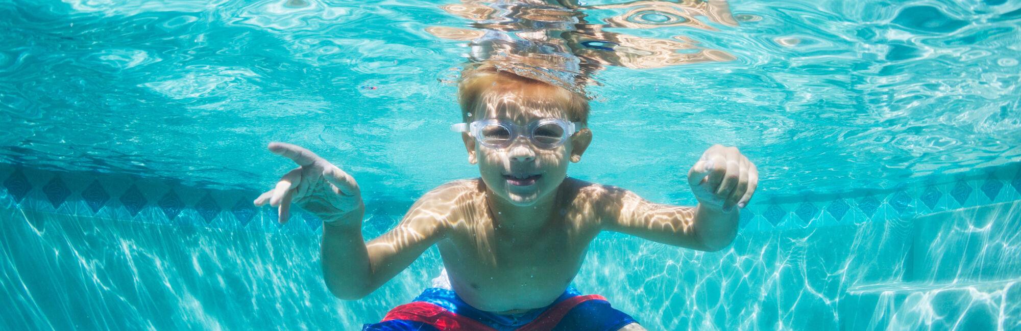 Headerbeeld familiezwemmen - Kind met duikbril onder water