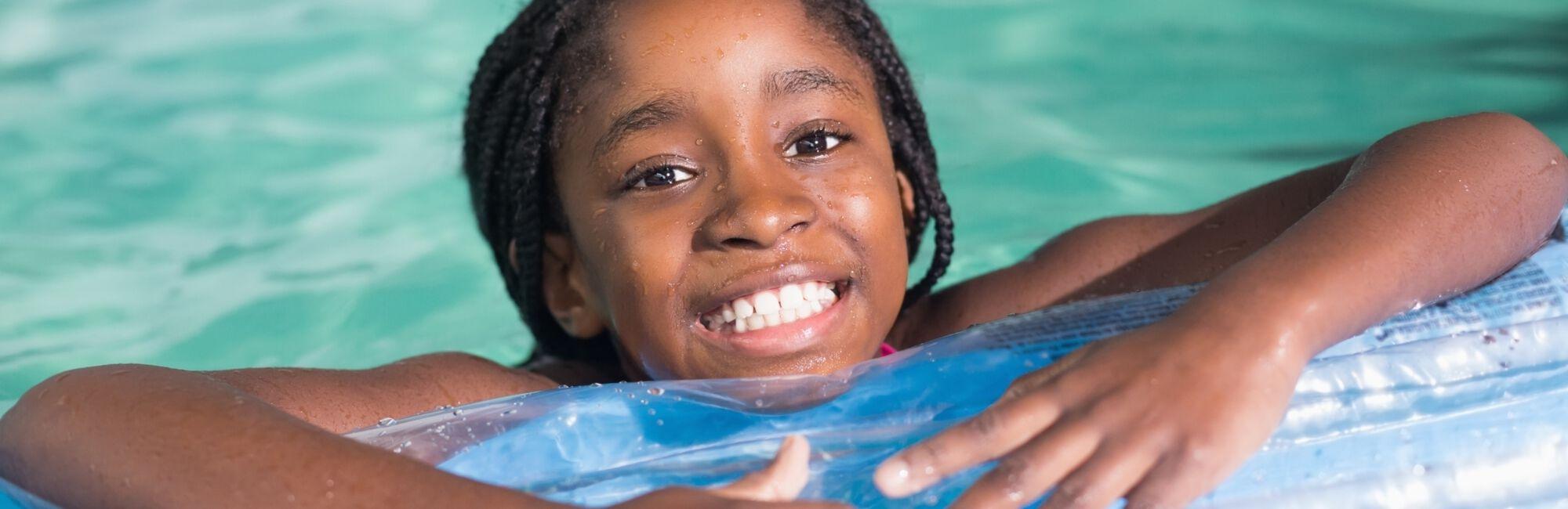 Headerbeeld zweminstuif - Meisje of luchtbed in het zwembad